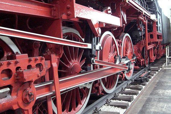 Räder einer Dampf-Lokomotive: Ausstellungsstück im Verkehrsmuseum