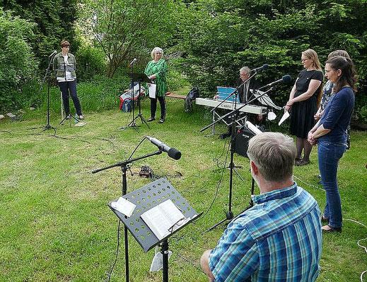 Der Kreis für junge Musik während der Hl. Messe, am Keyboard Karl Josef Nüschen