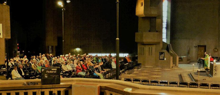 Während der Hl. Messe im Mariendom zu Neviges