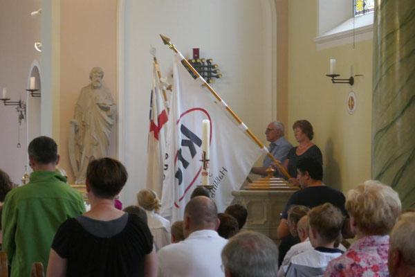 Wieland Schmidt spendet den Schlusssegen in der Kirche