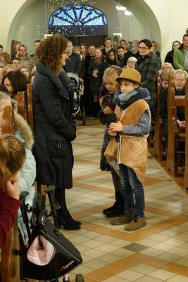 Maria und Josef fragen Gottesdienstbesucher nach einer Herberge