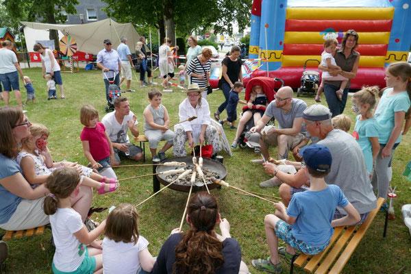 Stockbrotbacken beim Gemeindefest 2017