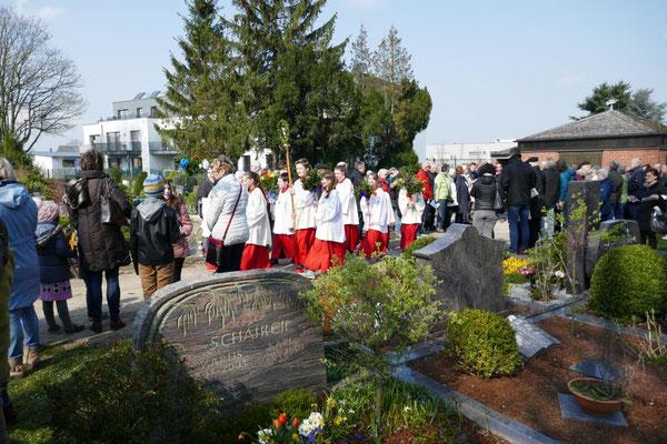 Die Messdienergruppe trifft auf dem Friedhof ein