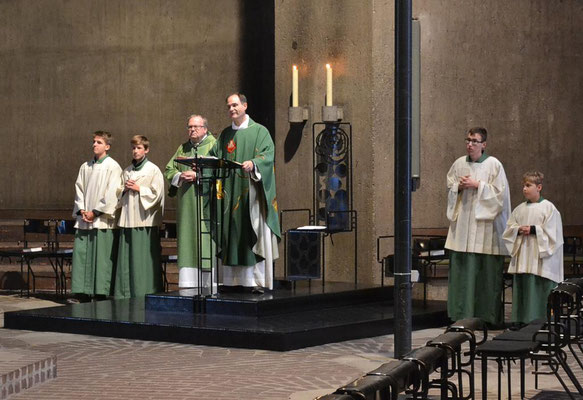 Pastor Holger Schmitz mit Diakon Thomas Becker und vier Messdienern