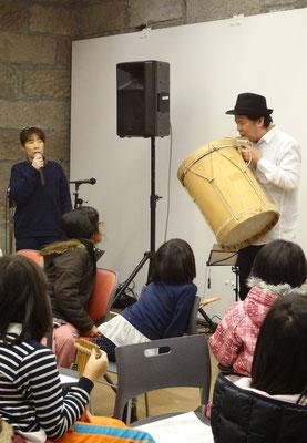 こちらはアンデスの太鼓「ボンボ」。サンポーニャを吹きながら叩くこともあるとか。