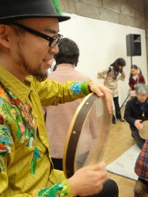 ダルブッカの他にフレームドラム(平面の太鼓)も用いました。