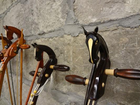 体験用の馬頭琴。それぞれ異なるデザインが施されています。