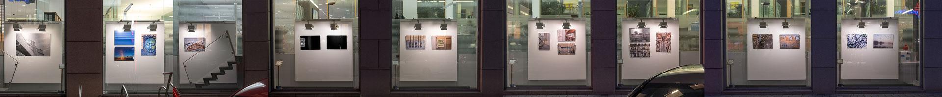 """Bildmontage der Aussenansicht der Ausstellung """"Licht.Bewegung.Wandel."""" von Holger Harms im Kunstgang/Sparkasse Wilhelmshaven"""