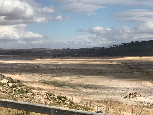 Aufgenommen im Februar 2018. Das Wasserreservoir von Kapstadt ist völlig ausgetrocknet.