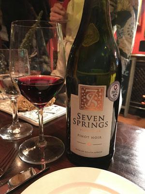 Der Pinot Noir von Seven Springs ist ein idealer und leichter Begleiter zum Essen.