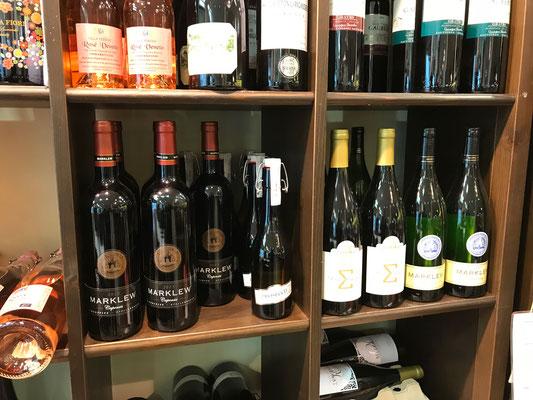 Marklew Weine im Weinregal bei Feinkost Scharrinhausen in Vegesack