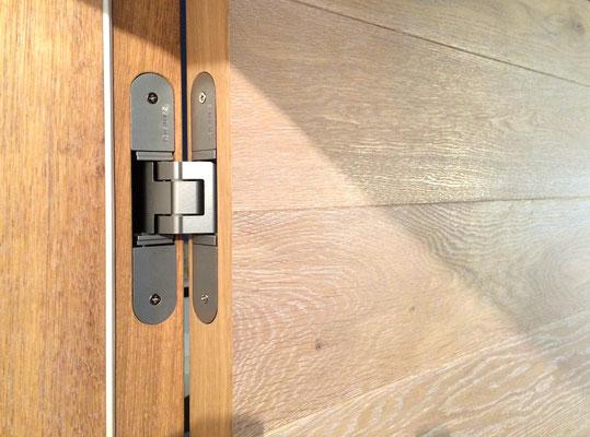 Tür mit Tectus Bändern