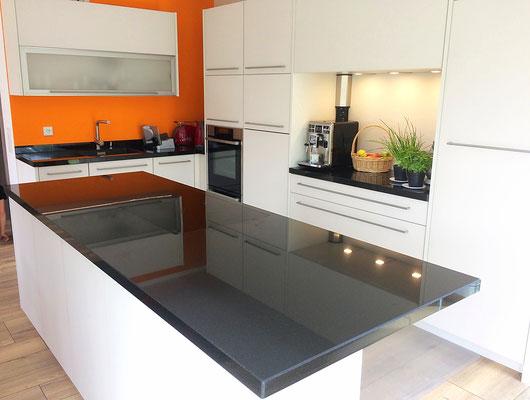 Küche Granit Arbeitsplatte Glasfront matt