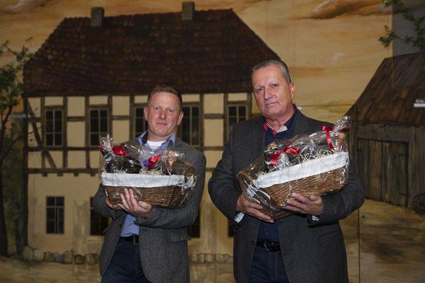 Markus Knappe (li.) und Bernd Ullmann (re.) bei der Übergabe der Präsentkörbe