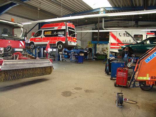 ... wie alles einmal begann: Werkstattarbeiten an einem Rettungswagen