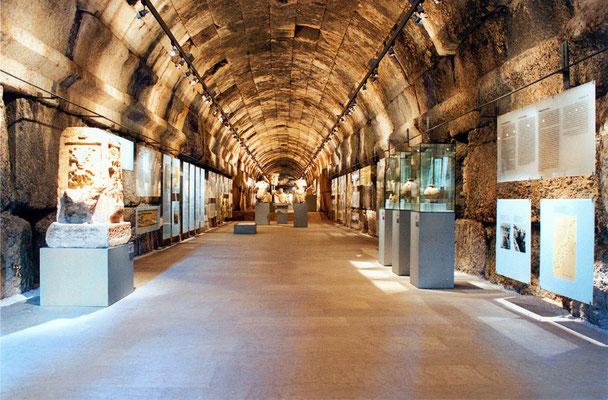 Der ebenerdige Tunnel ist 90 m lang und 5 m breit. Er ist mit einem einheimischen Sandstein ausgekleidet. Die antiken Wände wurden nur gereinigt. Sechs Themen sind im Tunnel behandelt, zwei weitere im arabischen Wehrturm.