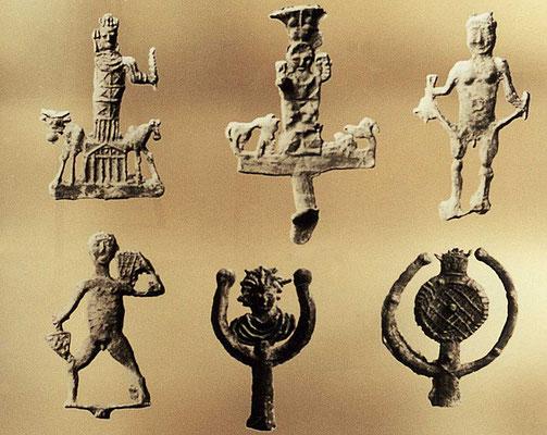 Alle s/w Motive,Texte und die Hintergrundfarben sind von hinten auf satiniertes Acrylglas mit Siebdruck gedruckt. Farbige Abbildungen sind laminiert und von hinten kaschiert. Abgebildet sind in der Qalaa gefundene Bleifiguren.
