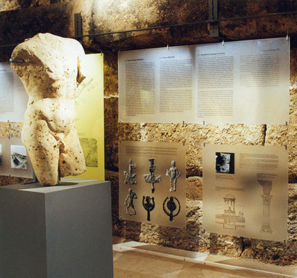 Die Displays aus Plexiglas sind zwischen Boden und Tafelschiene verspannt. Die Ausstellung ist viersprachig.