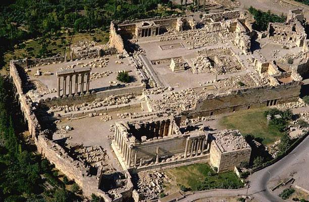 Luftaufnahme der Qalaa. Kaiser Wilhelm l. beauftragte die Ausgrabung wurde vor über 100 Jahren. Die sechs gigantischen Säulen links sind das Wahrzeichen des Libanons.