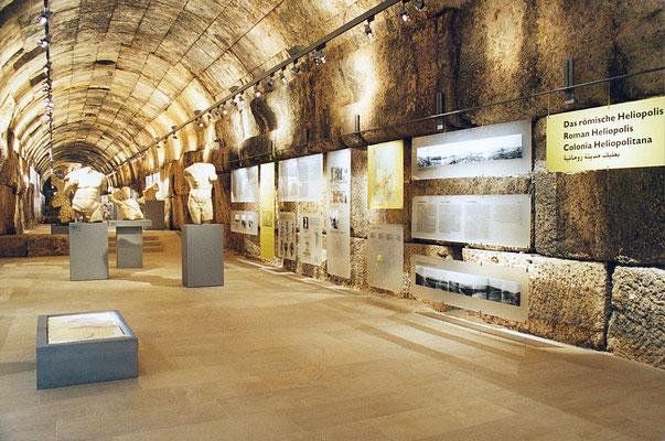 """Das Thema """"Die römische Stadt Baalbek"""". Die Beleuchtung (Erco Libanon), wie auch die Tafelschienen sind in den Fugen des Mauerwerks verkeilt."""