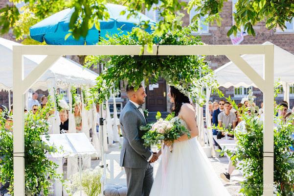 Brautpaar freie Trauung mit Traubogen