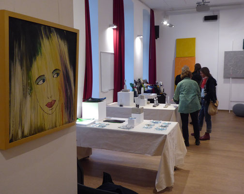 Mein Frauenporträt blickt in den Ausstellungsraum
