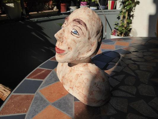 Keramikkopf auf Balkon