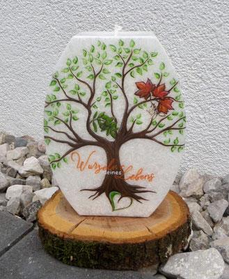 Lebenskerze für meinen Sohn. Der Baum mit Wurzeln, die unterschiedlichen Blätter, sowie die Farben haben je eine tiefe symbolische Bedeutung. Handbemalt!