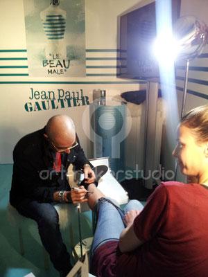 pintando tatuaje temporal para evento Jean Paul Gaultier Madrid