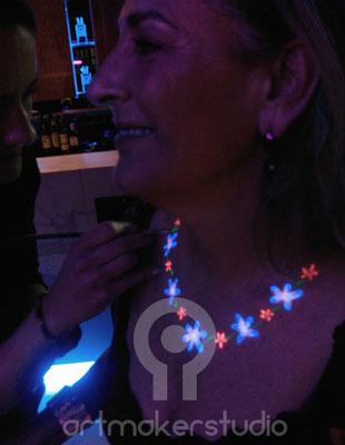 Collar de flores fluor pintado.  Fiesta fluor en Teatro Barceló Madrid