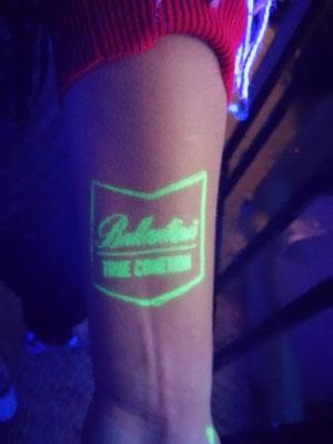 Tatuaje Temporal de aerografía con tintas flúor