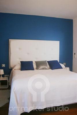 Decoración interior. Dormitorio azul y plata con cabecero hecho a mano en piel blanca. IBIZA
