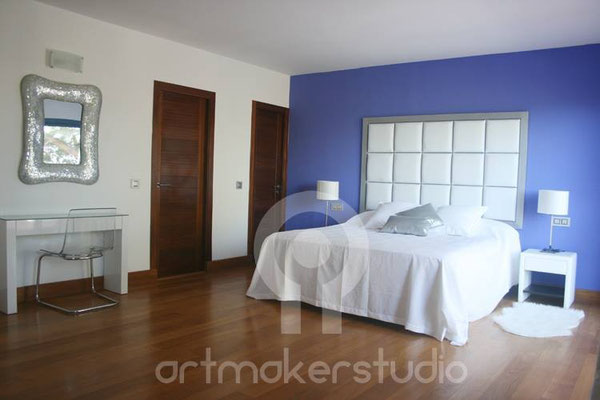Decoración interior. Dormitorio con cabecero hecho a mano en piel blanca. IBIZA