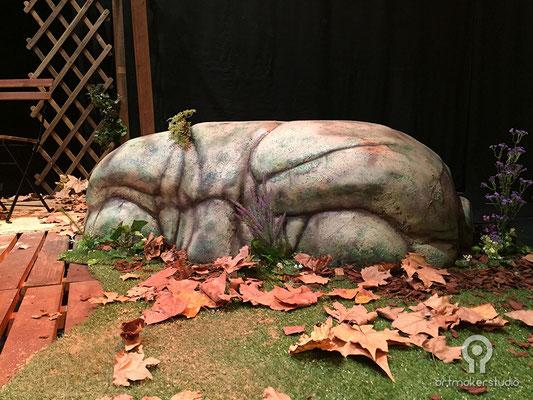escultura de cabeza de piedra para escenografía jardines