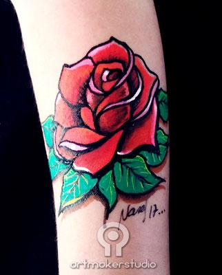 Rosa roja. Tatuaje temporal