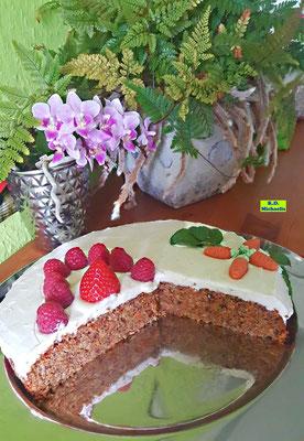 Rübli-Torte Italian-Style mit Mascarpone-Amaretto-Creme, Himbeeren, Erdbeeren und Minzeblättchen, Backrezept für Koch-/Backbuch Dinkel-Dreams von K.D. Michaelis