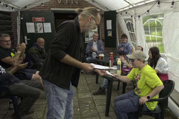 Helaas zonder succes, maar voor volharding en een stralende lach krijgt Kim Geerlings de voorn/poedelprijs.