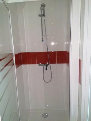 Salle de bain carrelée et douche installée