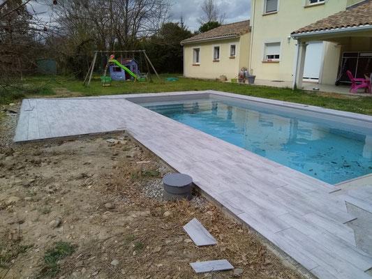 Plage de piscine réalisée en imitation lame de parquet à Cazères
