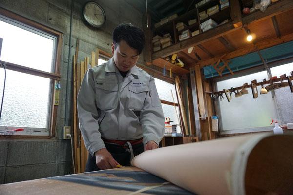 筑前町 襖の張り替え作業風景 徳田畳襖店