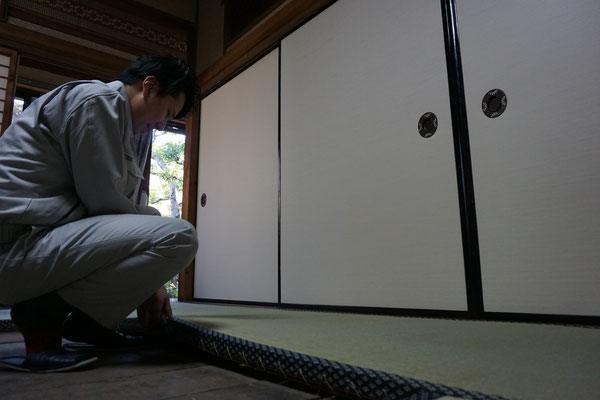 畳の敷き込み作業風景 徳田畳襖店