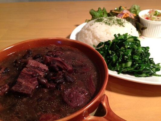 フェジョアーダ ブラジルの国民食 黒豆と豚肉の煮込み。