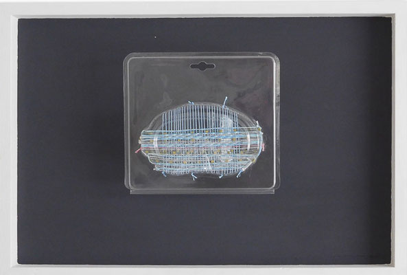 """aus der Serie """"Hüllen füllen Hüllen"""", 2013, Technik: Objekt, Verpackung bestickt, Größe: 20 cm x 23 cm x 9 cm / 40 cm x 60 cm x 9 cm (incl. Rahmen)"""