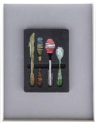 """aus der Serie """"Hüllen füllen Hüllen"""", 2017, Technik: Objekt, Verpackung bestickt, Größe: 22,5 cm x 15,5 cm x 2,5cm / 43 cm x 33 cm x 3,5 cm (incl. Rahmen)"""