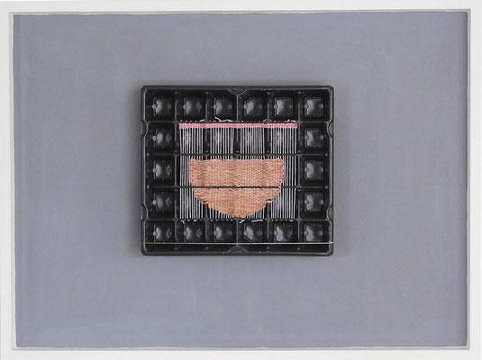 """aus der Serie """"Hüllen füllen Hüllen"""", 2015, Technik: Objekt, Verpackung bestickt, Größe: 27 cm x 31 cm x 7 cm / 60 cm x 80 cm x 7 cm (incl. Rahmen)"""