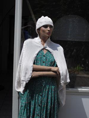 Poncho und Mütze aus altem Esprit-Pullover, verkauft, Idee und Ausführung: Beate Gernhardt, Foto: Jan Gernhardt
