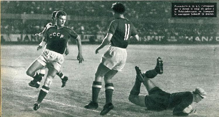 L'attaccante russo Ponodelnik osserva il portiere ceco Schroif che salva la palla durante URSS - Cecoslovacchia, 3-0, 6 Luglio 1960 (cortesemente FOOTBALL MAGAZINE)