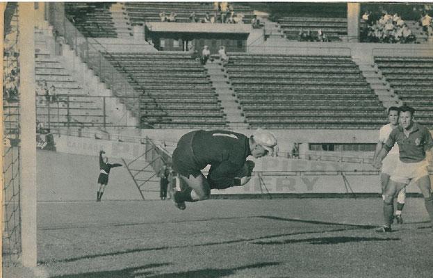 Il portiere ceco Schroif para un altro tiro, durante Francia-Cecoslovacchia 0-2, 9 Luglio 1960