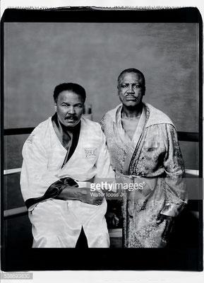 Prima amici, poi fieri rivli sul ring, Ali e Joe Frazier posano per un ritratto con gli stessi completi durante il loro primo incontro, alla palestra di Frazier nel 2003. (Walter Iooss Jr/Sports Illustrated)