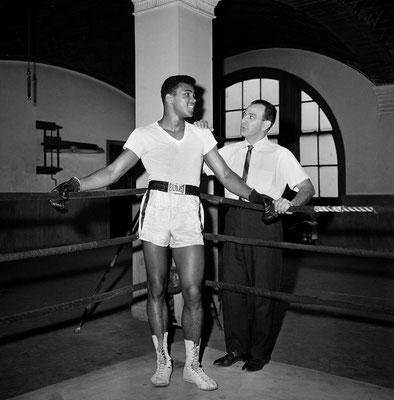 Il giovane peso massimo Cassius Clay con il suo trainer Angelo Dundee alla palestra City Parks Gym in New York, Feb. 8, 1962